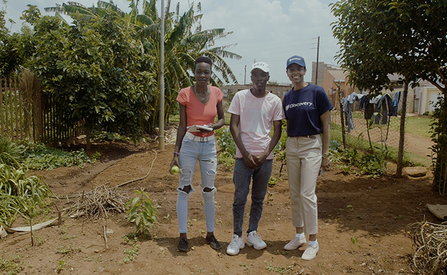 Happy Helpers Superstars Nomusa Dlamini and Ntando Maya in fourth place. Here they are in their garden with Discovery mentor Magdalene Kamau.